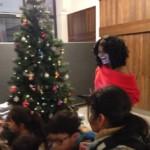 Geflüchtete staunt über Weihnachtsbaum