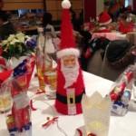Festlich geschmückter Weihnachtstisch