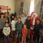 Geflüchtete Kinder mit Weihnachtsmann