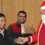 Glücklicher Geflüchteter mit Weihnachtsmann