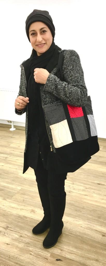 Modedesignerin Mirvat mit einer selbst kreierten Tasche