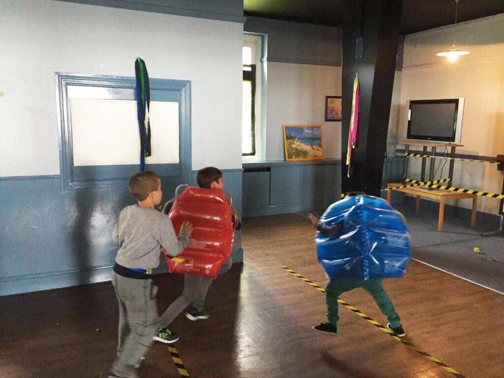 Spaßrempeln mit Schutzausrüstung für geflüchtete Kinder