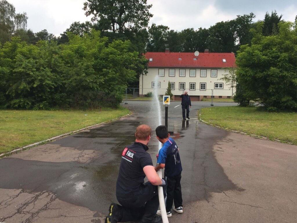 Geflüchtetes Kind lernt spielerisch Brandschutz