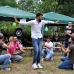 Geflüchteter tanzt ausgelassen