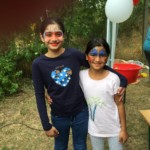 Zwei glückliche geschminkte Flüchtlingskinder